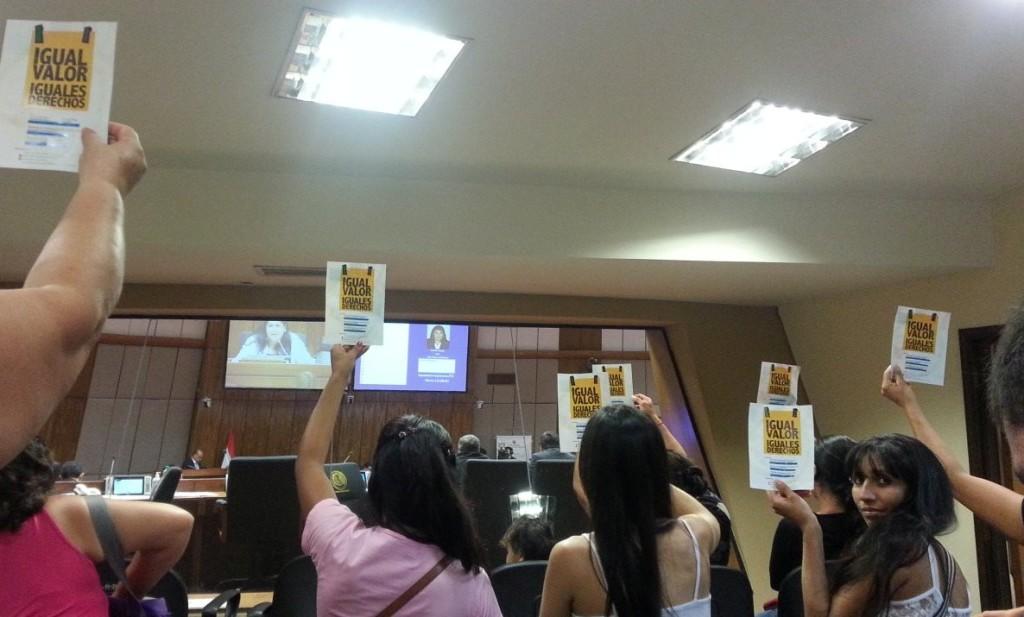 """En la sesión de la Cámara de Diputados. Foto de la página """"Igual valor, iguales derechos"""". https://www.facebook.com/Igualvalorigualesderechos?fref=ts"""